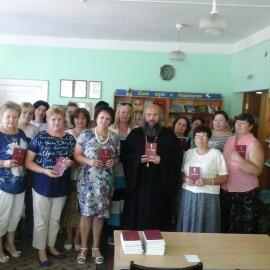 «Новый завет» на белорусском языке подарили в городские и сельские библиотеки .